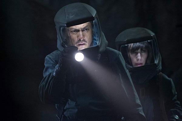 Godzilla: ก็อดซิลล่า (2014) - Dr. Ishiro Serizawa (รับบทโดย Ken Watanabe) และ Dr. Vivienne Graham (รับบทโดย Sally Hawkins)